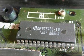 Composant Samsung Electronics (ancien logo) présent dans une Megadrive Japonaise en lieu et place d'un composant NEC dans la Super Gam*Boy.